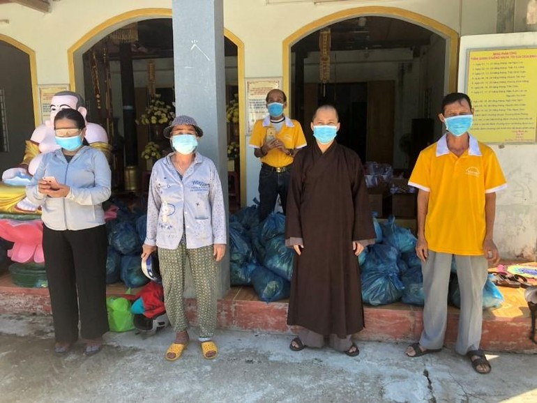 Chùa Bình An chuẩn bị trao quà đến ủng hộ quà cho 76 hộ dân thuộc tổ 9