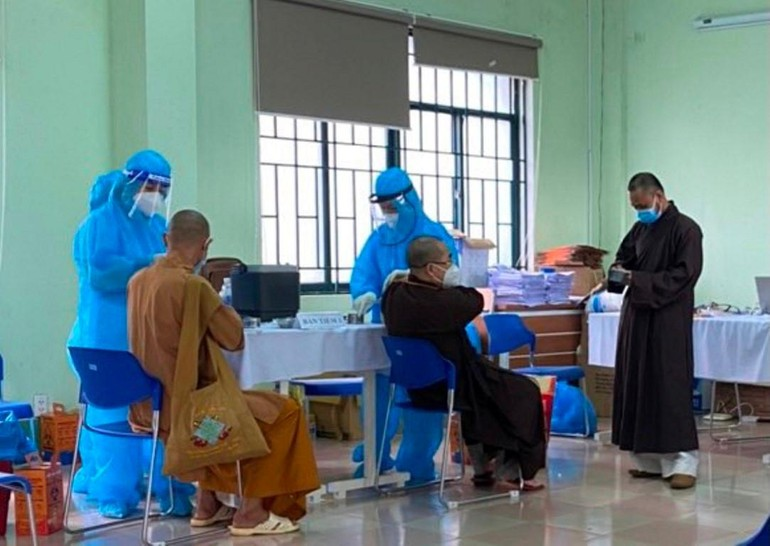 Chư tôn đức Tăng Ni trên địa bàn TP.Pleiku (Kon Tum) đã tiến hành tiêm vắc-xin phòng Covid-19