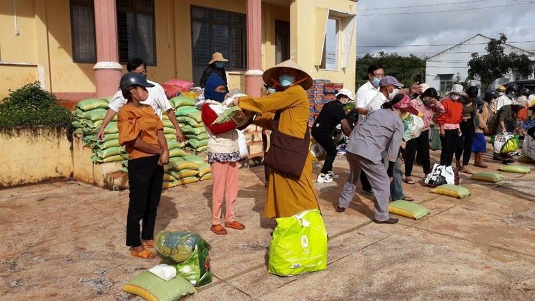 Đại đức Thích Quảng Phước trao quà đến bà con khó khăn huyện Chư Sê