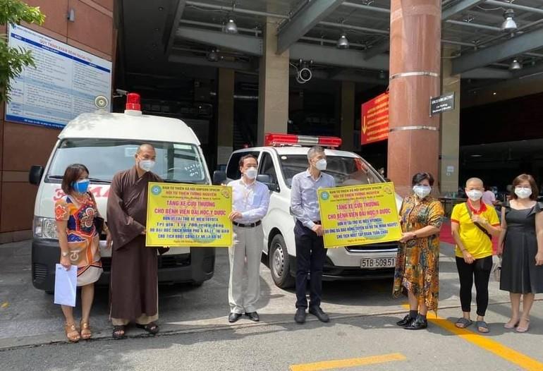 Đại đức Thích Minh Phú, mạnh thường quân tặng 2 xe cứu thương đến Ban Giám đốc Bệnh viện Đại học Y dược TP.HCM