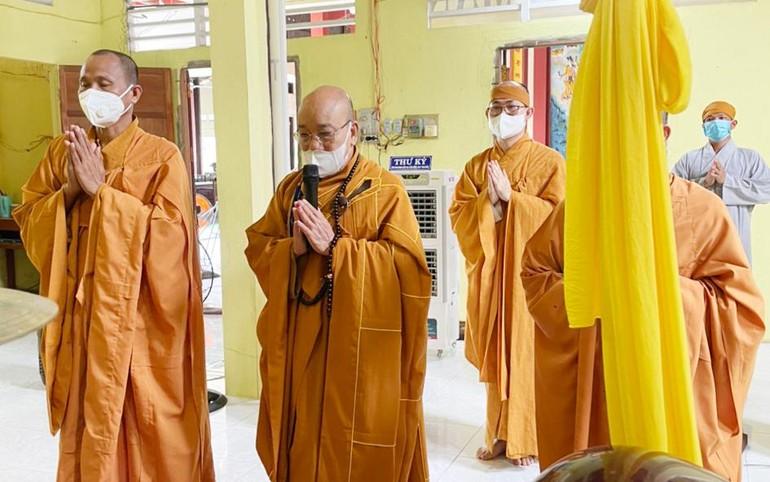 Đại diện Ban Trị sự Phật giáo huyện, chư Tăng tại trú xứ tưởng niệm chung thất Hoà thượng Thích Thiện Tâm