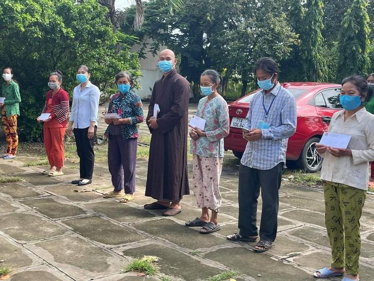 Câu lạc bộ Phúc Lộc, nhóm đạo tràng Mật Tịnh trao tặng quà đến bà con bị sập nhà do lốc xoáy