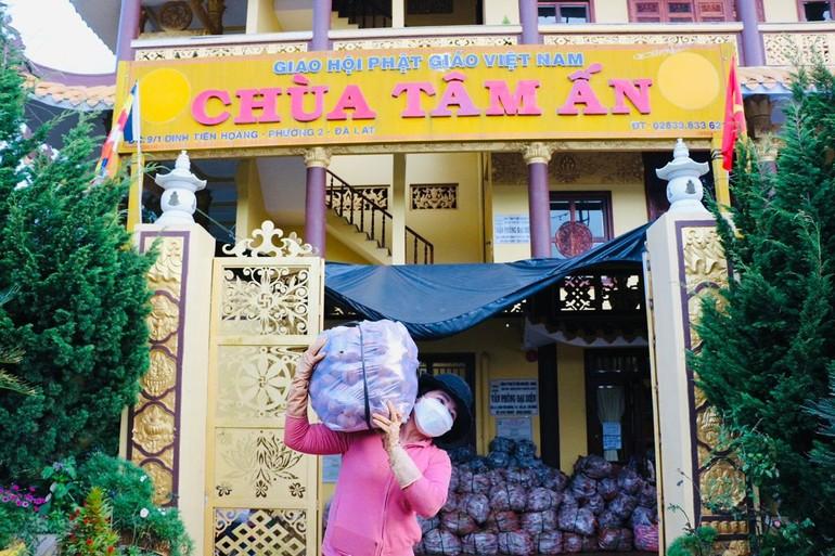 Ban Trị sự, Ban Từ thiện - Xã hội Phật giáo TP.Đà Lạt đã hỗ trợ 20 tấn nông sản chuyển đến tu viện Quan Âm