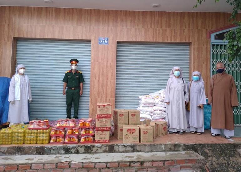 500 phần quà được trao đến Phật tử, người dân trong mùa giãn cách xã hội phòng Covid-19
