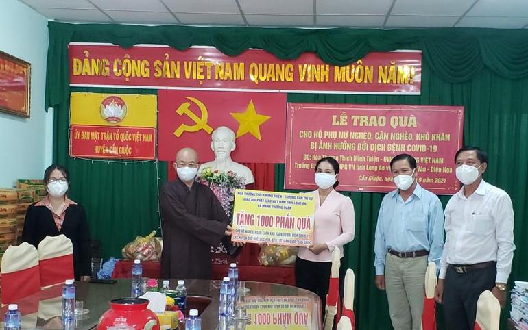 Hòa thượng Thích Minh Thiện trao quà tượng trưng đến chính quyền địa phương để hỗ trợ cho bà con
