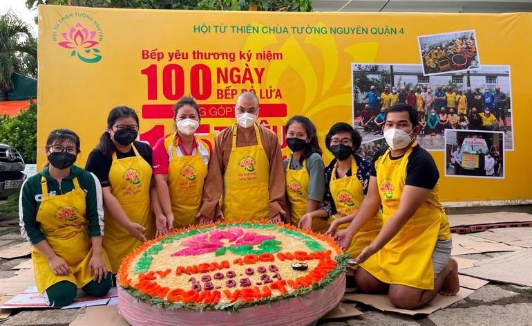 Kỷ niệm 100 ngày bếp cơm chùa Tường Nguyên hoạt động xuyên suốt trong mùa dịch
