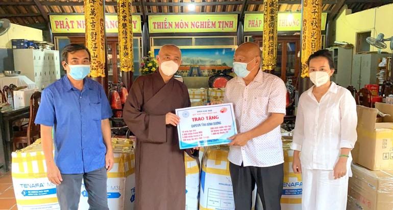 Hòa thượng Thích Huệ Thông trao 1.000 bộ thuốc, thiết bị y tế đến đại diện Ủy ban MTTQVN tỉnh - Ảnh: Huệ Nghiêm