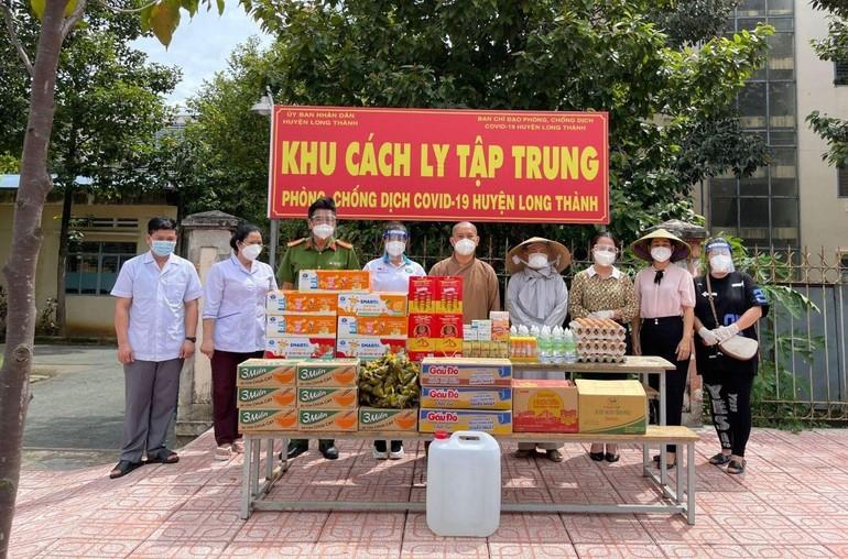 Chùa Phước Quang tặng quà hỗ trợ đến người dân khu cách ly, khu phong tỏa phòng Covid-19