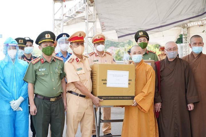 Hòa thượng Thích Bảo Nghiêm thăm, tặng quà đến chốt kiểm dịch đầu cầu Thanh Trì