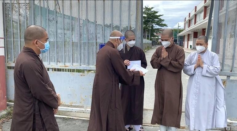 Hòa thượng Thích Huệ Thông trao quà động viên 3 vị Tăng, Ni thuộc Phật giáo Thừa Thiên Huế đến Bình Dương tham gia tuyến đầu - Ảnh: Huệ Nghiêm