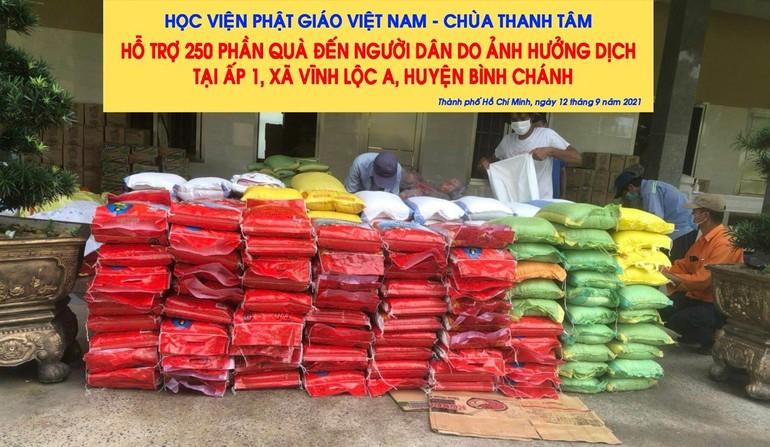 Học viện, chùa Thanh Tâm trao quà đến những gia đình khó khăn do Covid-19 - Ảnh: TT