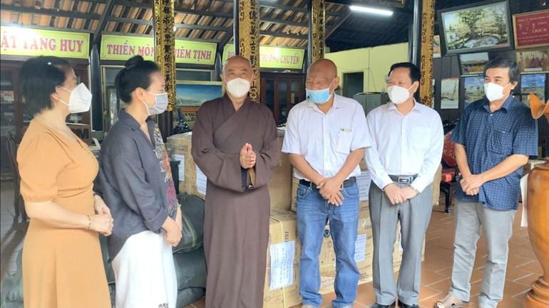 Hòa thượng Thích Huệ Thông tiếp nhận quà của chùa Thiên Quang và tặng đến các bệnh viện điều trị Covid-19 - Ảnh: Huệ Nghiêm