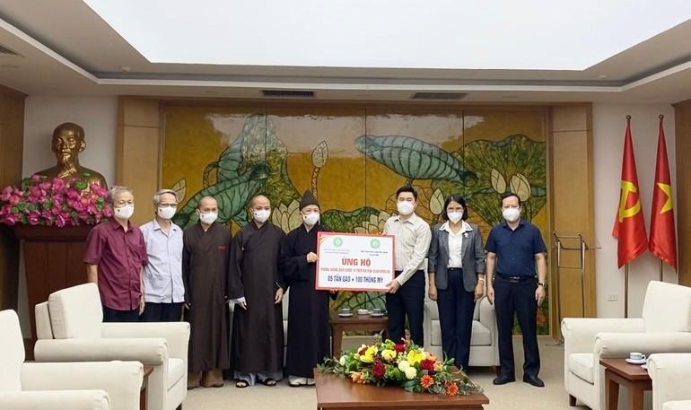 Hòa thượng Thích Thanh Quyết trao quà đến đại diện chính quyền 2 quận Đống Đa, Thanh Xuân