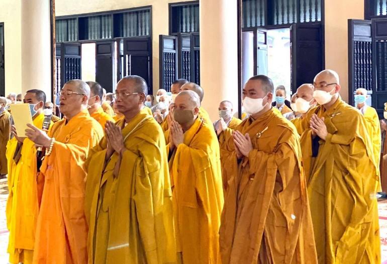 Chư tôn đức đọc văn chúc các ban tại lễ tạ pháp chùa Trúc Lâm Thiên Trường