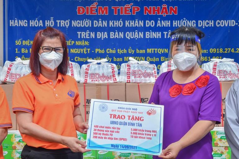 Bà Nguyễn Thanh Nguyệt đại diện lãnh đạo quận tiếp nhận quà tặng của chùa Giác Ngộ