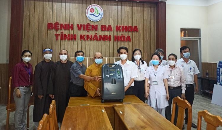 Ban Trị sự Phật giáo tỉnh trao tặng 4 máy trợ thở đến y bác sĩ Bệnh viện Đa khoa tỉnh