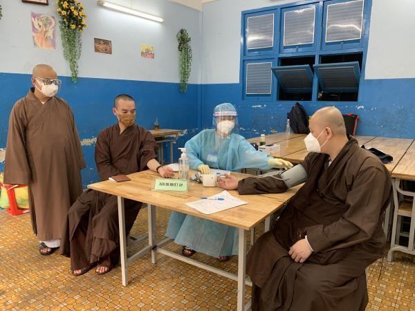 Chư tôn đưc Phật giáo quận 3 - TP.HCM được tiêm mũi 2 vắc-xin Covid-19