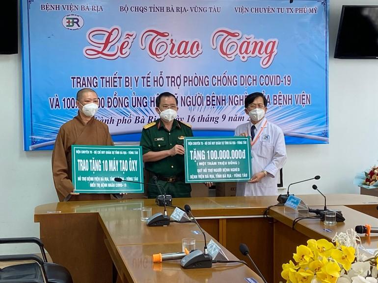 Thượng tọa Thích Thiện Thuận, Bộ Chỉ huy Quân sự tỉnh tặng trang thiết bị y tế đến Bệnh viện Bà Rịa