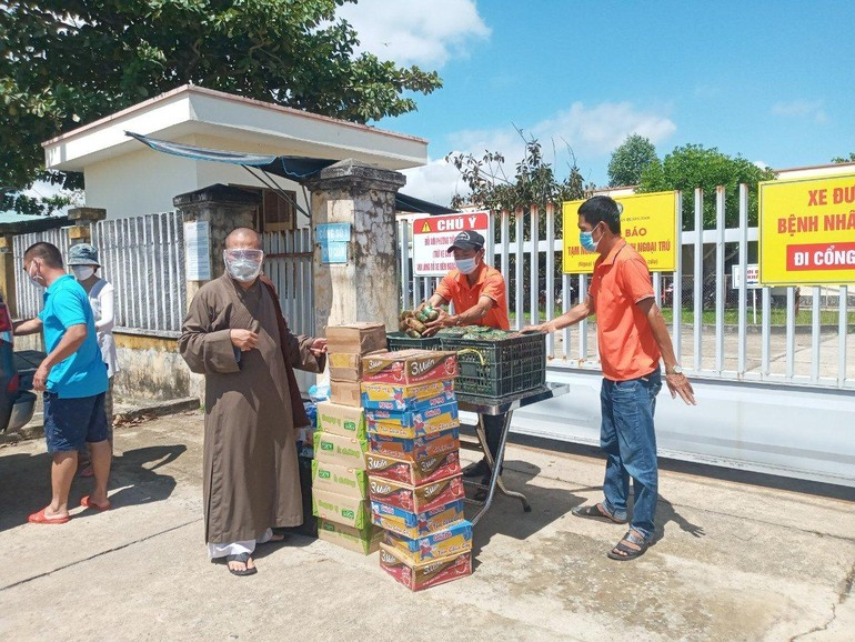 400 bánh chưng, nhu yếu phẩm của chùa Phước Ấm tặng đến bệnh nhân của hai bệnh viện