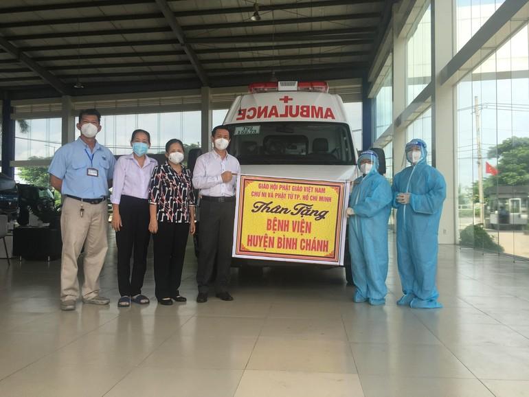 Ni trưởng Thích nữ Như Thảo trao tặng 1 xe cấp cứu đến Ban Giám đốc Bệnh viện Huyện Bình Chánh