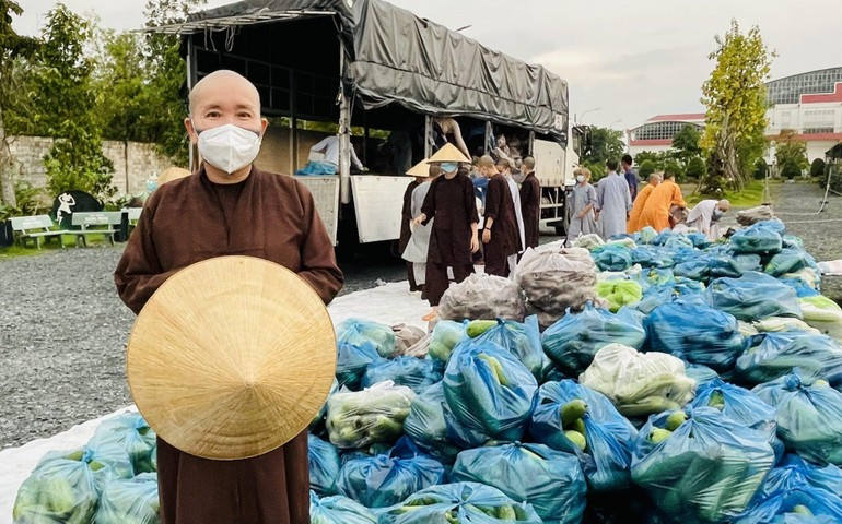 Ni sư Thích nữ Như Nguyệt thay mặt Tăng, Ni sinh tại Học viện, chùa Thanh Tâm tiếp nhận số rau quả