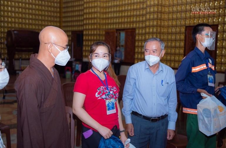 Thượng tọa Thích Thiện Quý, ông Nguyễn Văn Lưu tặng và dặn dò tình nguyện viên giữ gìn sức khỏe