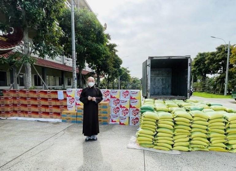 500 phần quà tiếp tục được Học viện và chùa Thanh Tâm trao đến người dân khó khăn