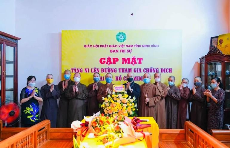 3 vị Tăng Ni Phật giáo Ninh Bình gặp mặt chư tôn đức Ban Trị sự trước khi đến TP.HCM phục vụ bệnh nhân Covid-19