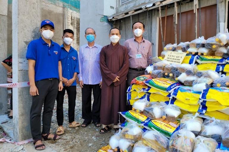 Đại đức Thích Đạo Lực đã trao 200 phần quà đến bà con khó khăn phường Chính Gián