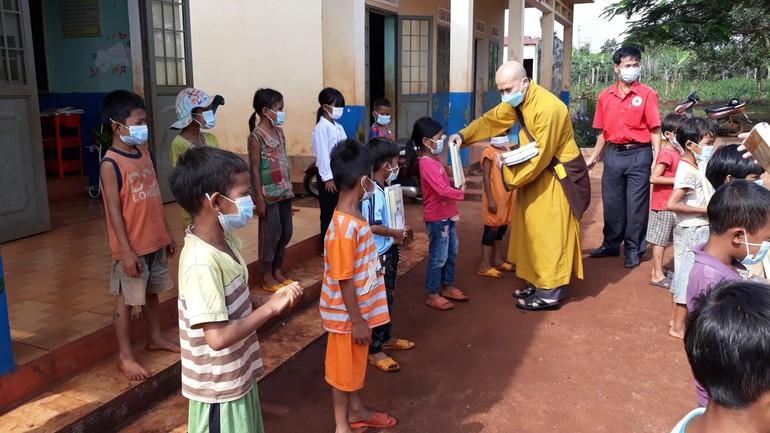 Đại đức Thích Quảng Phước trao quà đến các em học sinh