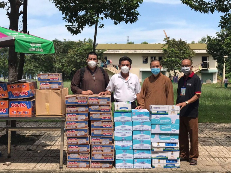 Đại đức Thích Thiện Mỹ trao quà hỗ trợ y bác sĩ, bệnh nhân FO tại các bệnh viện dã chiến tỉnh Đồng Nai