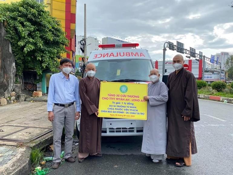 Ni trưởng Thích nữ Từ Nhẫn tặng 1 xe cứu thương đến Hòa thượng Thích Minh Thiện tiếp nhận - Ảnh: Như Hòa