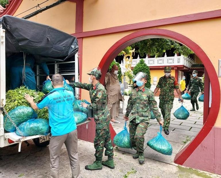 Chùa Viên Giác được sự hỗ trợ của lực lượng bộ đội giúp vận chuyển rau quả cúng dường