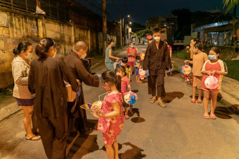 Niềm vui của các em nhỏ vui Tết Trung thu với quà, lồng đèn do các thầy, tình nguyện viên mang đến tặng
