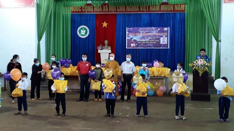 Các em học sinh được tặng quà, học bổng nhân Tết Trung thu