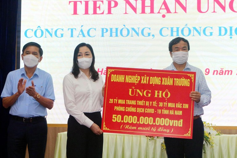 Cư sĩ Phật tử Nguyễn Văn Trường trao bảng ủng hộ 50 tỷ đồng cho công tác phòng chống dịch Covid-19