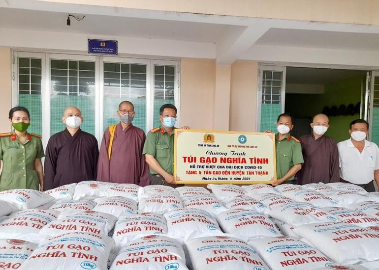 """Ban Trị sự Phật giáo tỉnh, chùa Ân Thọ và Công an tỉnh đã trao 5 tấn gạo """"Túi gạo nghĩa tình"""" đến huyện Tân Thạnh"""