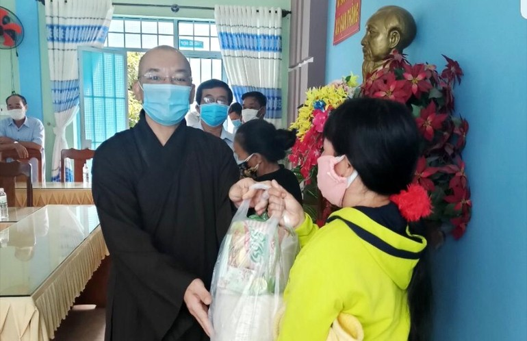Chùa Kỳ Viên Trung Nghĩa tặng 450 phần quà đến bà con khó khăn