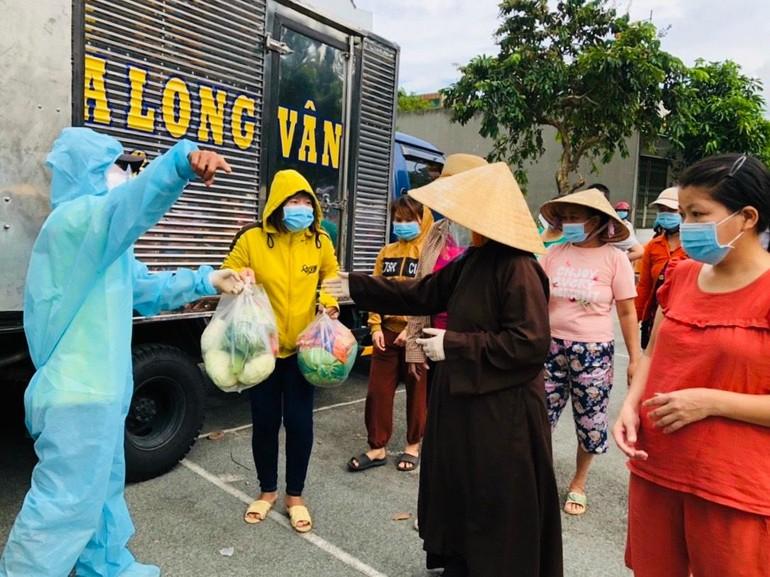 Ni sư Thích nữ Như Dung trao quà tại 4 khu phố của phường Tam Phước, TP.Biên Hòa