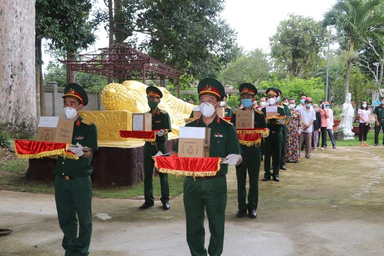 Bộ Chỉ huy Quân sự tỉnh Bến Tre trang trang cung rước 8 linh cốt về chùa Phước Long