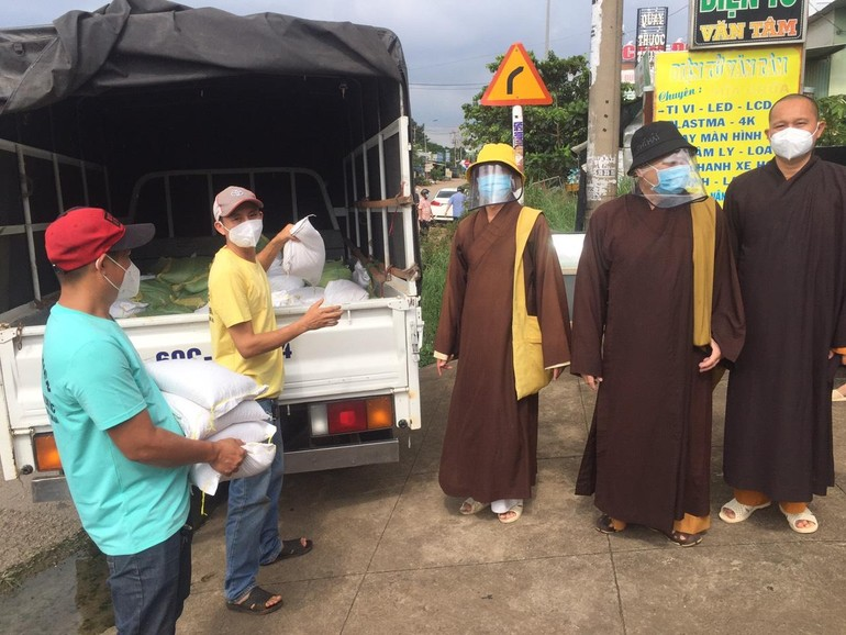 Ban Trị sự GHPGVN huyện Long Thành kết hợp các đơn vị tặng quà đến gia đình khó khăn