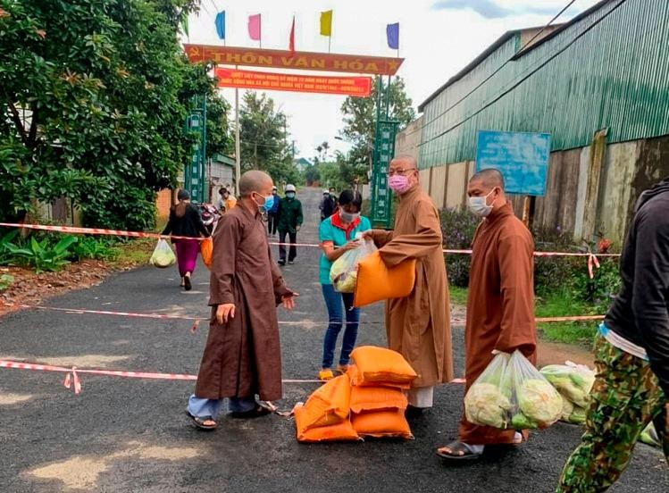 Thượng tọa Thích Quảng Tuấn trao quà đến hơn 100 gia đình trong khu phong thôn Đắk Xuân, xã Đắk Lao