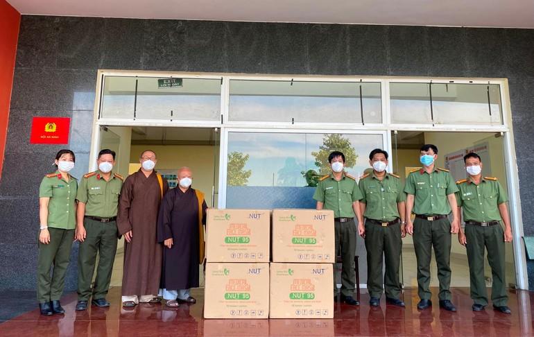 Hòa thượng Thích Thiện Minh tặng 10.000 khẩu trang đến lực lượng công an thuộc Đội An ninh TP.Thủ Đức