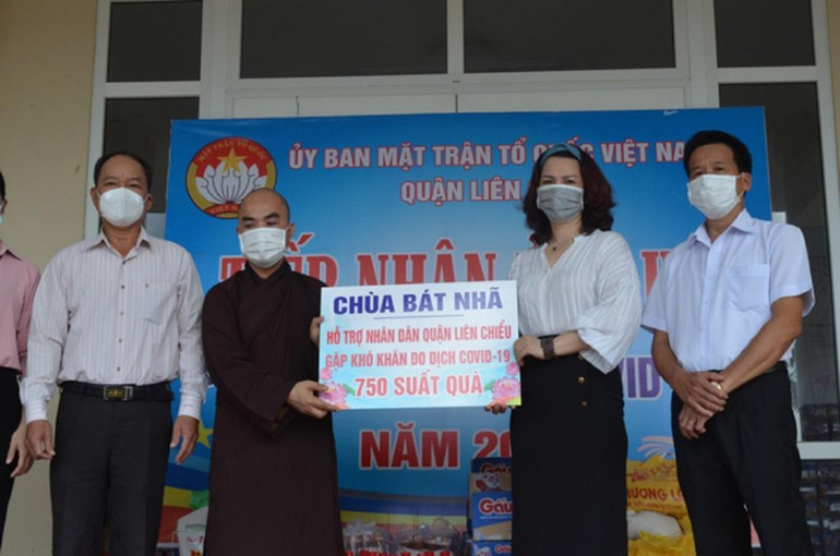 Chùa Bát Nhã cùng Ủy ban MTTQVN TP.Đà Nẵng trao 2.000 phần quà cho bà con khó khăn do Covid-19