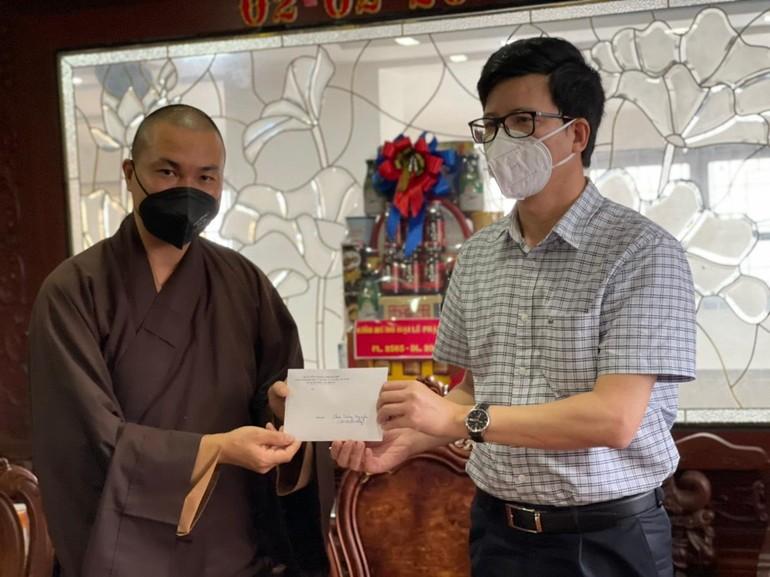 Ông Nguyễn Tiến Trọng trao hỗ trợ bếp ăn từ thiện đến ĐĐ.Thích Minh Phú