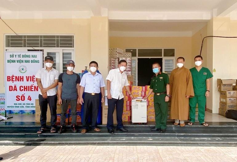 Đoàn từ thiện trao quà đến Bệnh viện Dã chiến số 4, tỉnh Đồng Nai