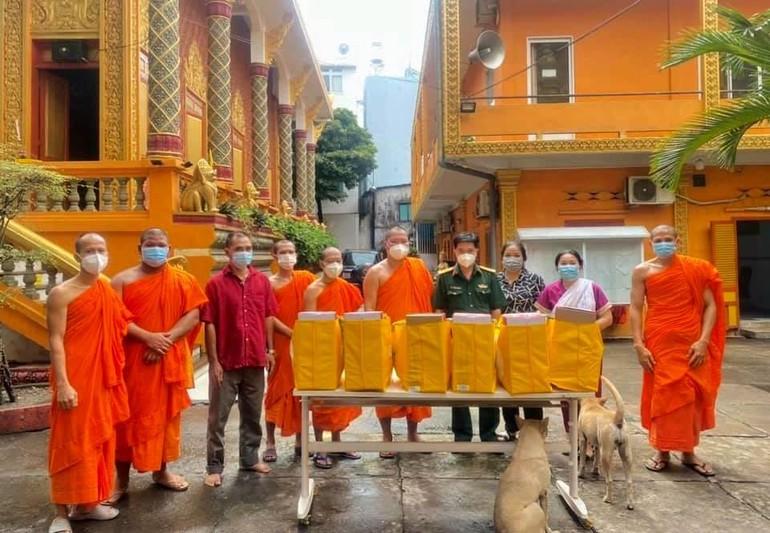 50 phần quà được các đơn vị trao đến chư Tăng, Phật tử người Khmer nhân lễ Sen Đôn-ta