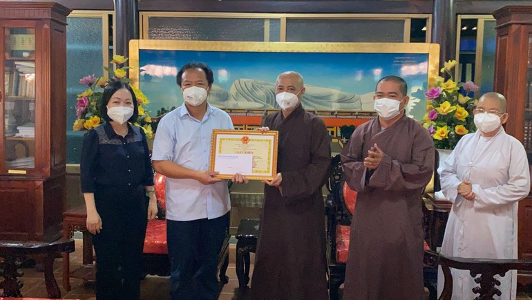 Lãnh đạo Thành ủy TP.Thủ Dầu Một tặng Bằng khen đến Ban Trị sự Phật giáo tỉnh Bình Dương và các cá nhân