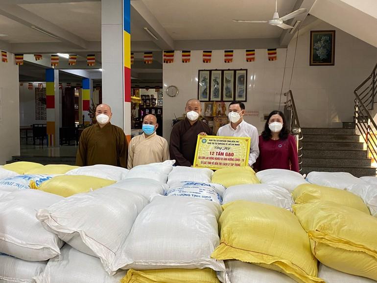 Ban Trị sự Phật giáo tỉnh Bến Tre gởi tặng 12 tấn gạo đến bà con khó khăn đang cách ly phòng Covid-19