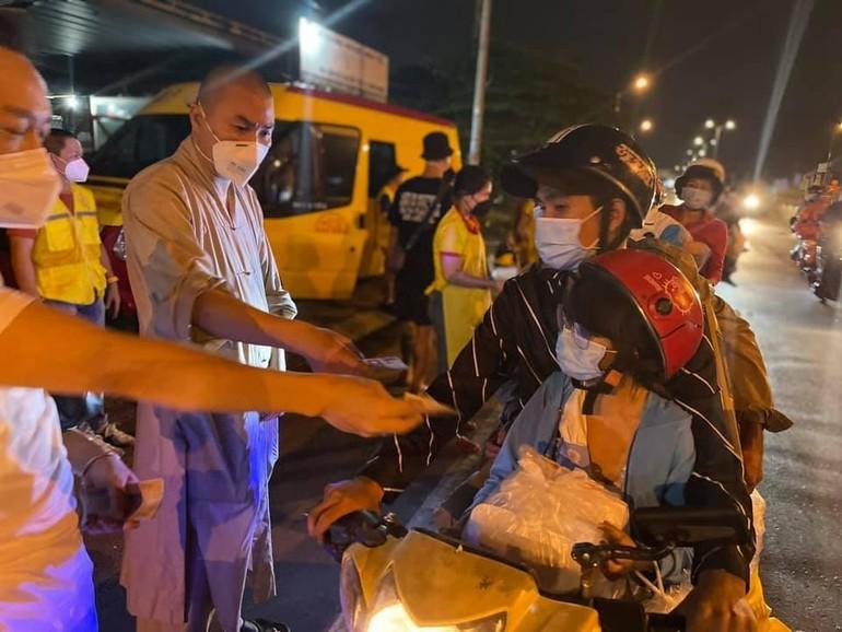 Đại đức Thích Minh Phú trao quà đến bà con về quê trên địa bàn tại xã Tân Hiệp, huyện Châu Thành, tỉnh Tiền Giang - Ảnh: T.N